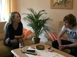 Mutti Hilft 18yr Jungspund Der Noch Jungfrau Ist Mit Fick